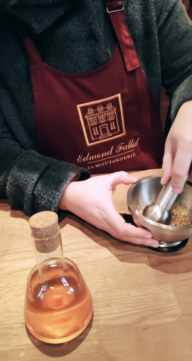Atelier Moutarde - Ecraser la moutarde