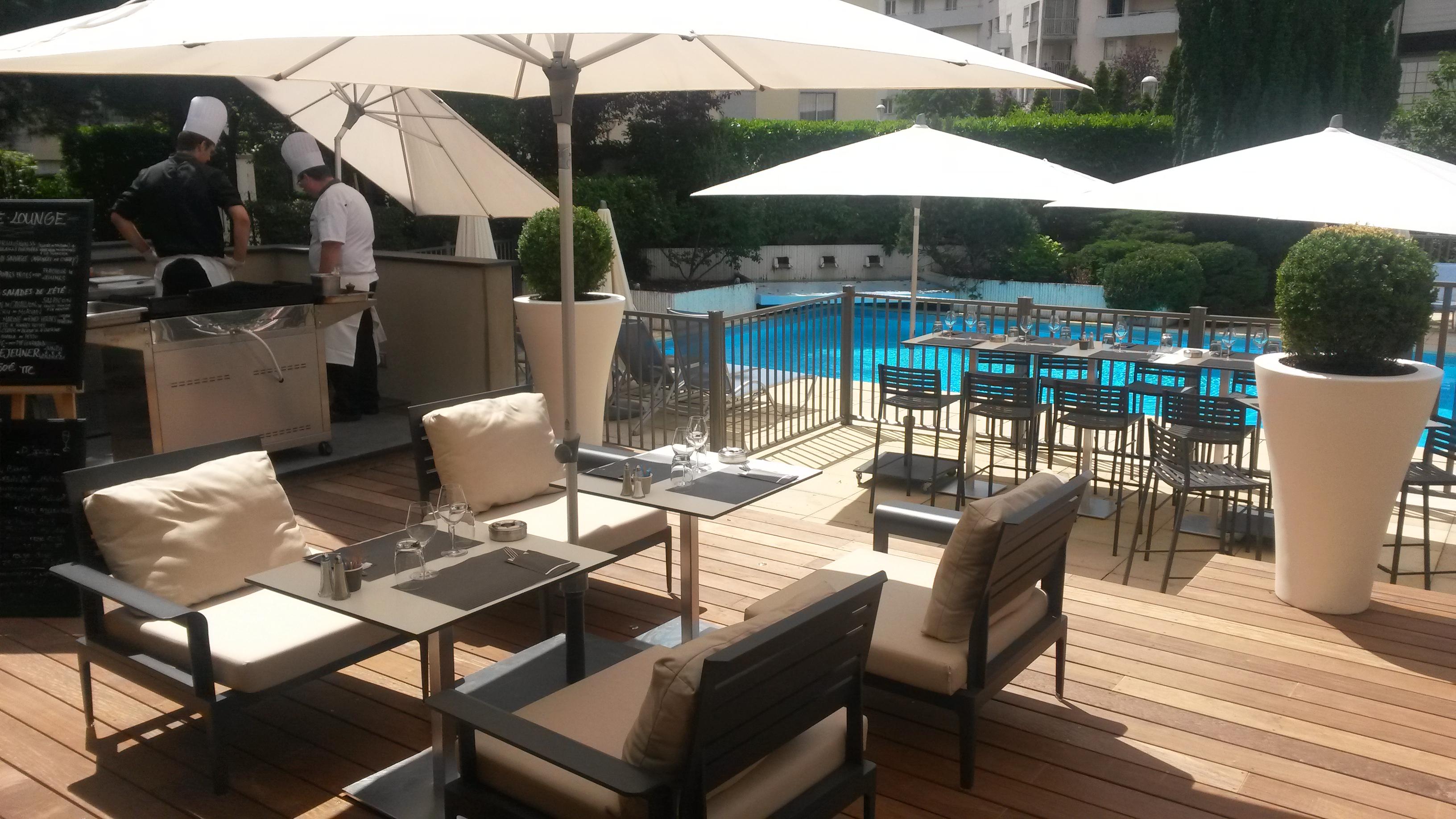 terrasse coté lounge et piscine