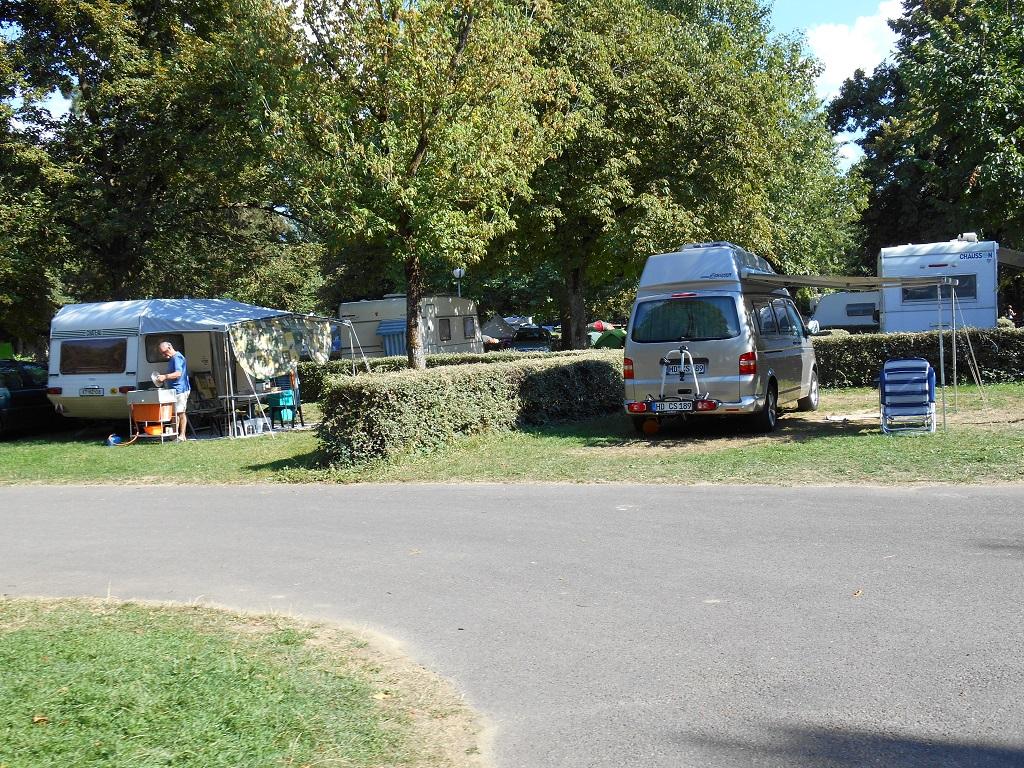 emplacements ombragés du camping du lac Kir