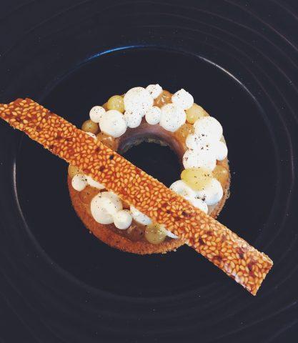 Poire-pochee-au-vin-blanc–ganache-au-gingembre–sable-aux-amandes