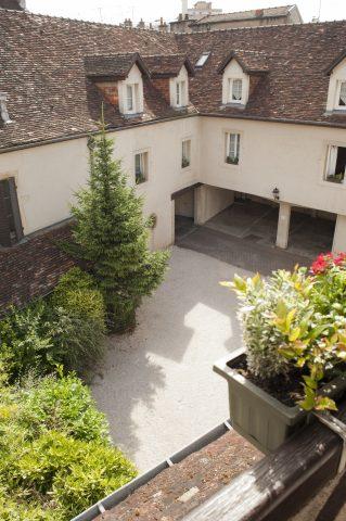 cour-interieure-hotel-wilson-dijon-haut